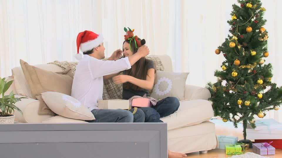 825351627-reparto-de-regalos-gorro-de-santa-claus-regalo-de-navidad-sorpresa