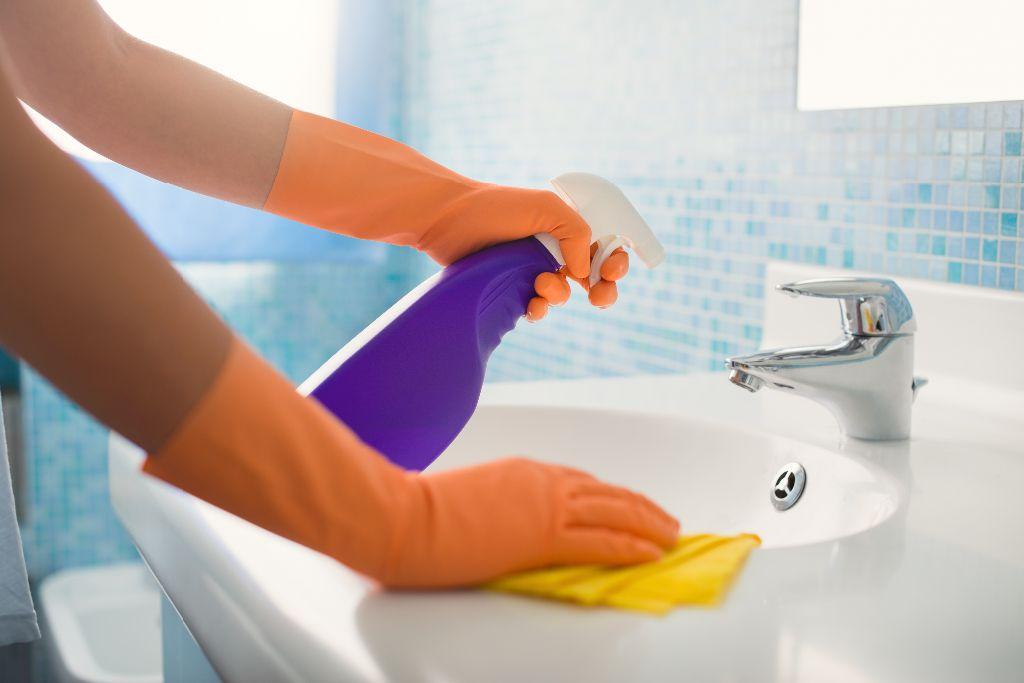 Detalle-limpieza-del-baño