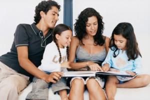 Familia leyendo