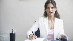 mujer-oficina-computadora_CLAIMA20150323_3690_27
