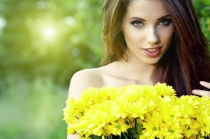 woman-smile-yellow-flowers-bare-shoulders-portrait-2880x1800